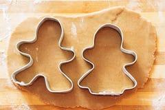 自创姜饼曲奇饼、形式和烘烤成份 免版税库存照片