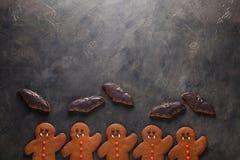 自创姜饼曲奇饼为以棒和姜饼人吸血鬼的形式万圣夜与拷贝s的黑暗的具体背景的 免版税库存照片