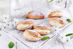 自创小圆面包充塞用在木背景的酸奶干酪 库存照片