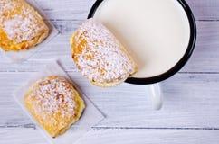 自创小圆面包充塞用酸奶干酪 库存照片