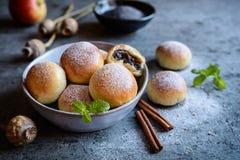 自创小圆面包用罂粟种子和苹果填装了 免版税图库摄影