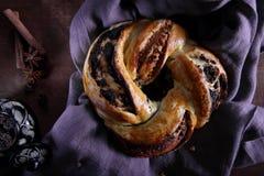 自创小圆面包用葡萄干,桂香 免版税图库摄影