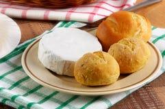 自创小圆面包的干酪 免版税库存图片