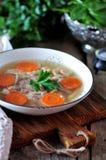 自创小毒蛇煮熟的有机鸡 传统俄国食物 免版税库存照片