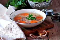 自创小毒蛇煮熟的有机鸡 传统俄国食物 免版税图库摄影