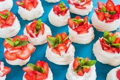 自创小草莓pavlova蛋白甜饼结块样式有奶油色顶视图 免版税库存照片