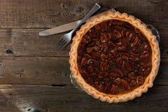 自创山核桃饼,在木头的顶视图 图库摄影