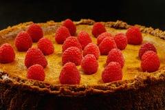 自创巧克力乳酪蛋糕用在黑桌上的莓 免版税库存图片