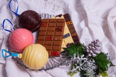 自创巧克力块 在白色纺织品背景的手工制造甜点 库存照片
