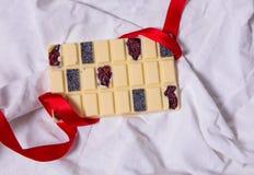 自创巧克力块 在白色纺织品背景的手工制造甜点 免版税库存图片