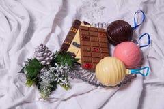 自创巧克力块 在白色纺织品背景的手工制造甜点 免版税库存照片