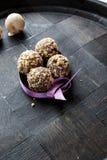自创巧克力核桃甜点和紫色带画象支持 库存图片