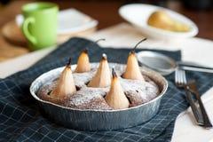 自创巧克力蛋糕用梨 免版税图库摄影