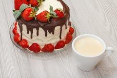 自创巧克力蛋糕装饰用在gla的新鲜的草莓 库存照片