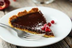 自创巧克力馅饼用在灰色木背景的石榴 免版税库存图片