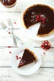 自创巧克力馅饼用在白色木背景的石榴 库存照片