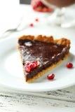 自创巧克力馅饼用在白色木背景的石榴 库存图片
