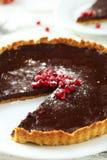 自创巧克力馅饼用在白色木背景的石榴 免版税库存照片