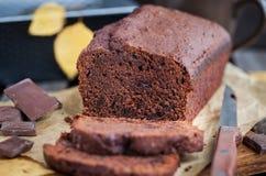 自创巧克力香蕉大面包蛋糕 免版税图库摄影
