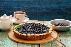 自创开放蓝草莓饼服务用红茶 图库摄影