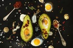 自创开胃菜-被烘烤的鲕梨用鹌鹑蛋,黑盐 库存图片