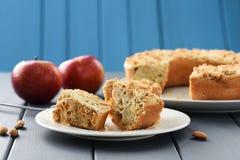 自创开胃整粒杏仁蛋糕用新鲜的红色苹果 免版税库存照片