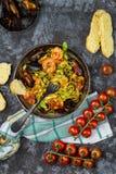 自创意大利海鲜面团用淡菜和虾 免版税库存照片