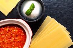 自创慢烹饪器材博洛涅塞或在红色陶瓷罐的Ragu调味汁 图库摄影