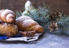 自创新月形面包和假日装饰戏弄树在白色木桌上的冷杉分支 顶视图拷贝空间 早晨新年2018年 免版税库存图片