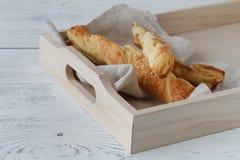 自创新近地被烘烤的面包棒用乳酪和芝麻籽 库存照片