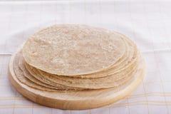 自创新鲜的小麦面粉Chapathi,自创新鲜的热的薄煎饼 库存照片