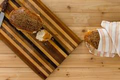 自创新鲜的有壳的全麦面包 免版税库存照片