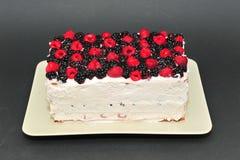 自创新鲜的莓果蛋糕 免版税库存照片