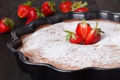 自创新鲜的被烘烤的可口传统草莓饼 库存照片