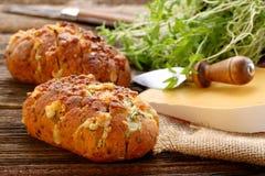 自创新鲜面包充塞了乳酪和大蒜用草本 库存图片