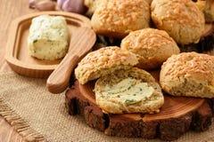 自创新鲜面包小圆面包用乳酪和大蒜黄油 免版税库存照片