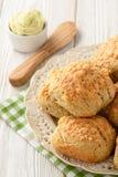 自创新鲜面包小圆面包用乳酪和大蒜黄油 库存图片