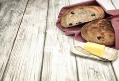 自创旧世界面包用在白板Tableop作为背景与室或空间的橄榄文本的,词,拷贝。难看的东西作用 免版税库存照片