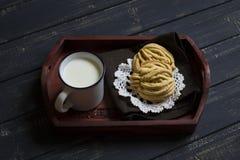 自创曲奇饼和牛奶在葡萄酒盘子 免版税库存图片