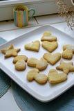 自创曲奇饼在宽各种各样的形状画象 库存图片