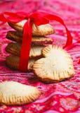 自创曲奇饼心脏用果酱 免版税库存图片