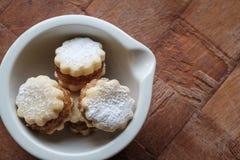 自创曲奇饼用在一个白色碗风景的果酱播种 免版税库存图片