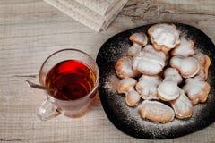 自创曲奇饼用用坚果充塞的浓缩牛奶 免版税库存照片