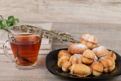 自创曲奇饼用用坚果充塞的浓缩牛奶 免版税库存图片