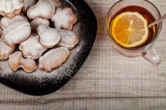 自创曲奇饼用用坚果充塞的浓缩牛奶 库存照片