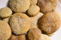 自创曲奇饼用糖、桂香和芝麻 免版税库存图片