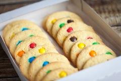 自创曲奇饼用颜色糖果 库存图片