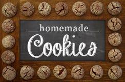 自创曲奇饼黑板、木制框架和巧克力曲奇饼 库存图片