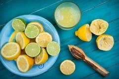 自创有机新鲜的柠檬被紧压的汁液 库存照片