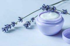 自创有机自然面霜用皮肤健康的淡紫色 免版税库存图片